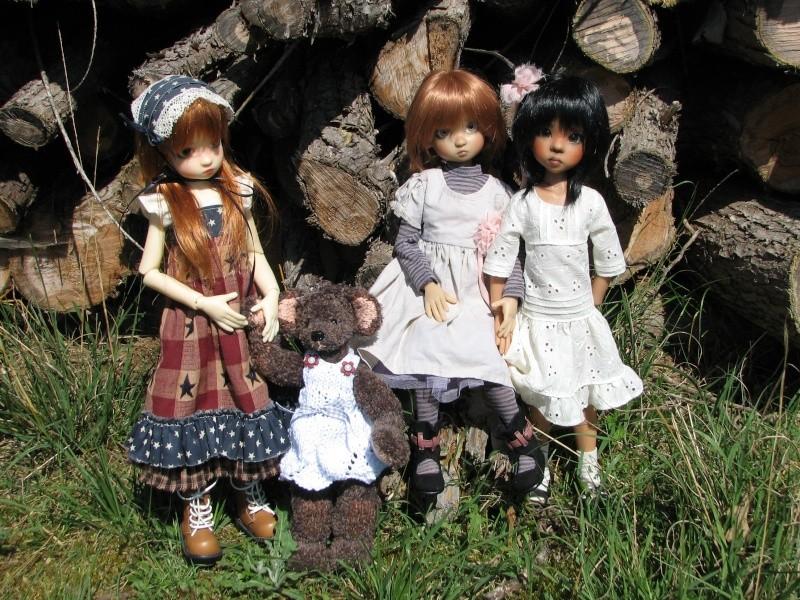 Elyette surveille Annabella, Nyssa & F Nyssa sous un pin  P6 00110