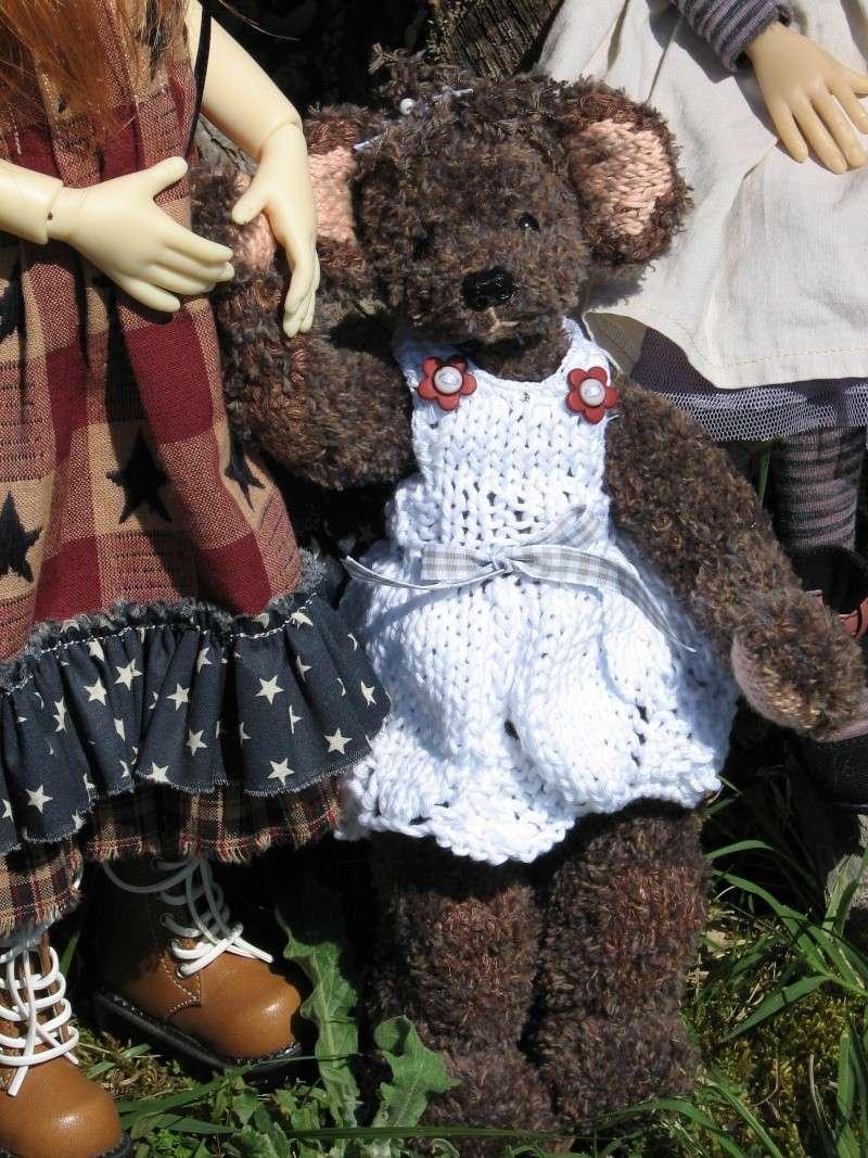 Elyette surveille Annabella, Nyssa & F Nyssa sous un pin  P6 00610