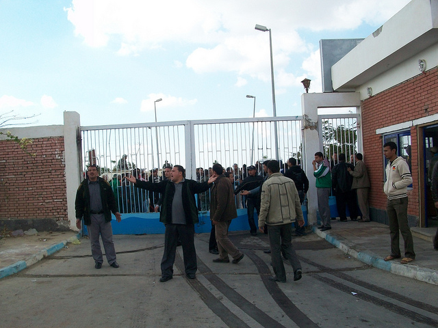 صور المظاهرات امام الشركة القابضة لمياه الشرب بالقنطرة شرق للمطالبة بالتعيين 54305910