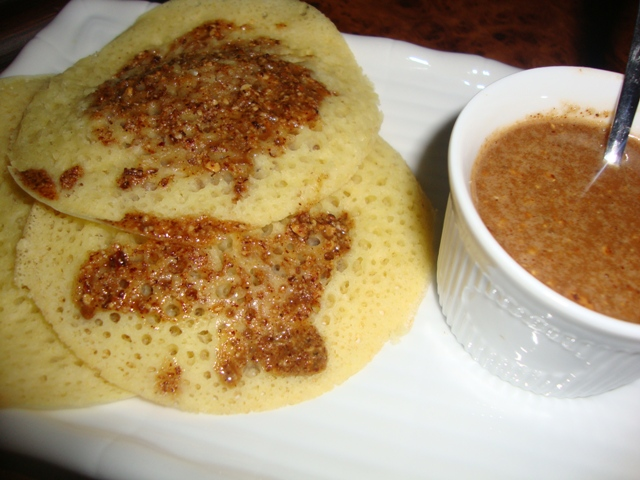 Baghrir ou Beghrir ou B'ghrir marocain/Pancakes marocains/Crêpes marocaines aux mille trous servi avec Amlou aux amandes et miel.. Dsc08024