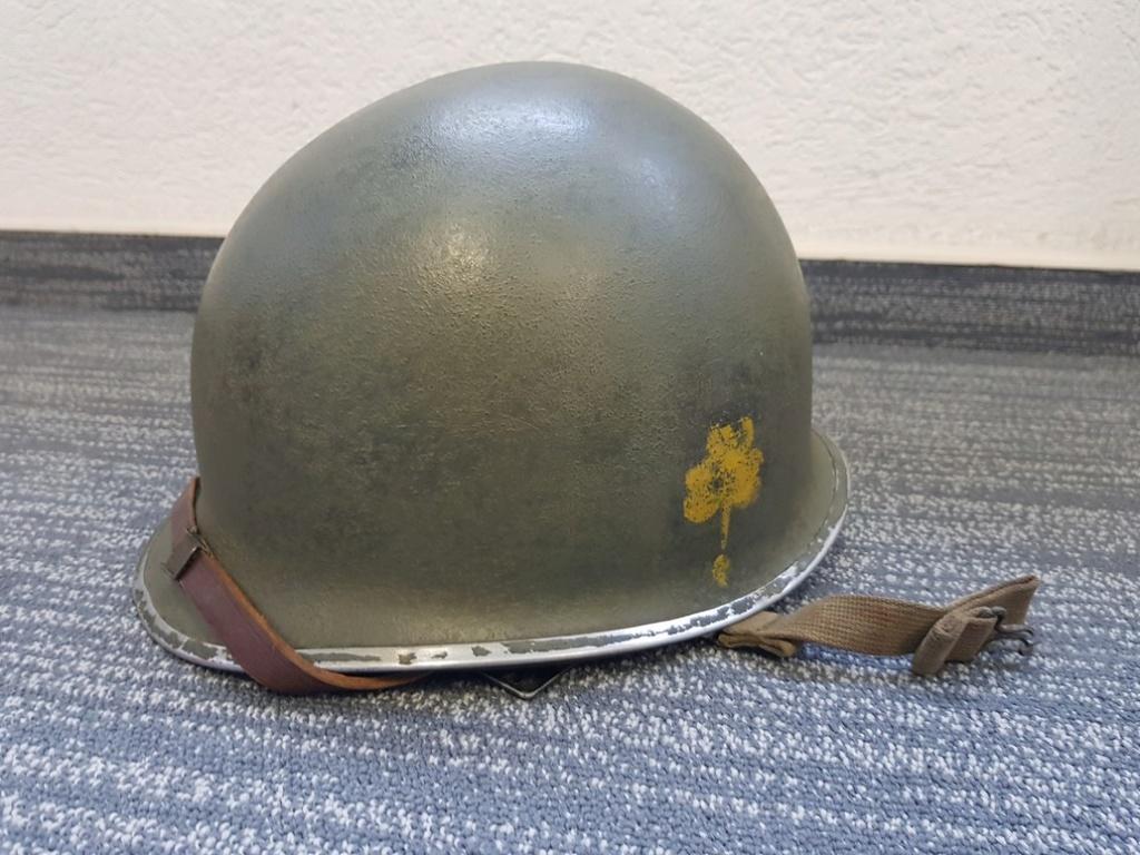 Insigne sur casque M1 pattes fixes jonc avant. Casque13