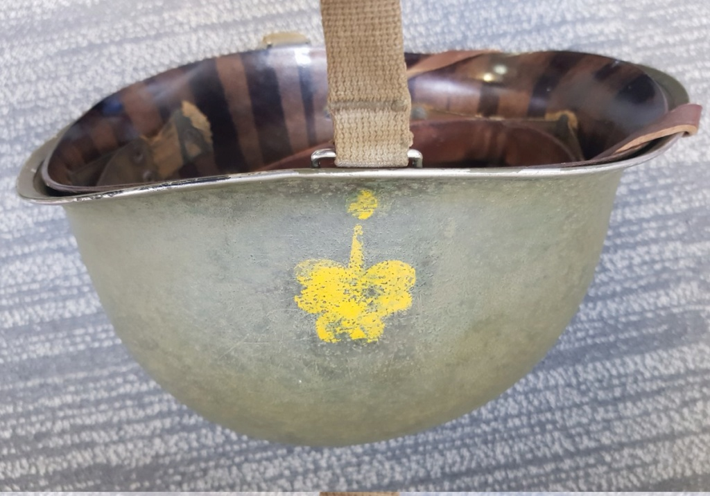 Insigne sur casque M1 pattes fixes jonc avant. Casque15