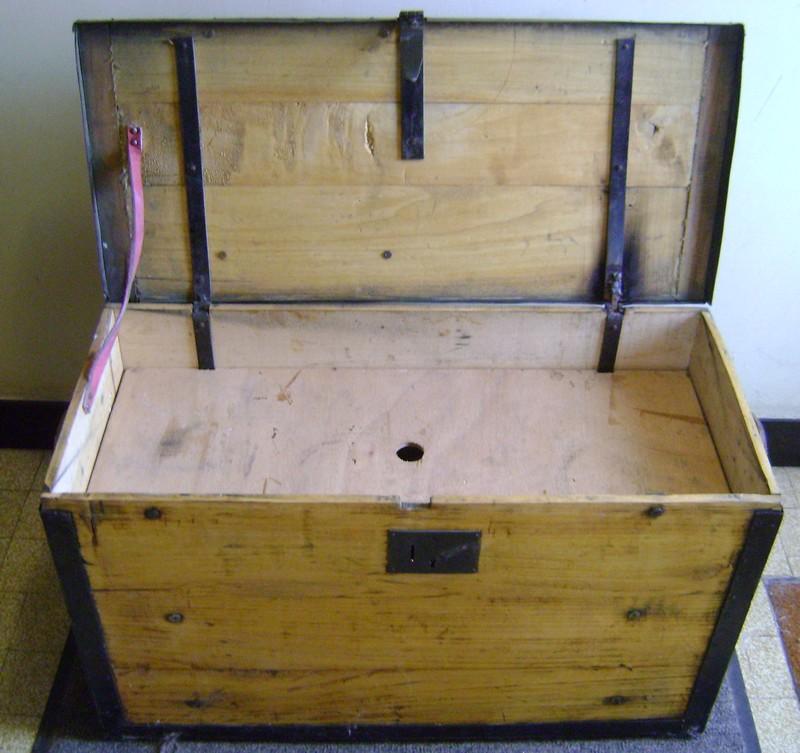 Cantine à vivres et caisse de fonds 1885. Dsc03435