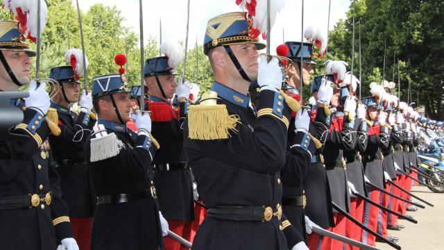 """Dragonnes """"modernes"""" de sabres des écoles, Garde républicaine, gendarmerie. Les-sa10"""