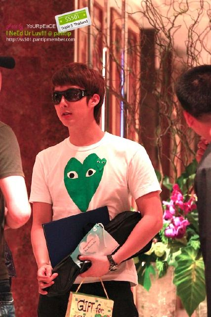 [photos] Hyung Jun dinner at hotel (20.04.2011) Dn310