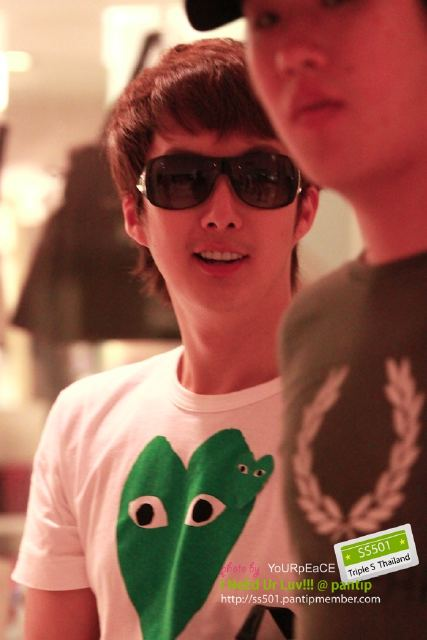 [photos] Hyung Jun dinner at hotel (20.04.2011) Vm5pm11