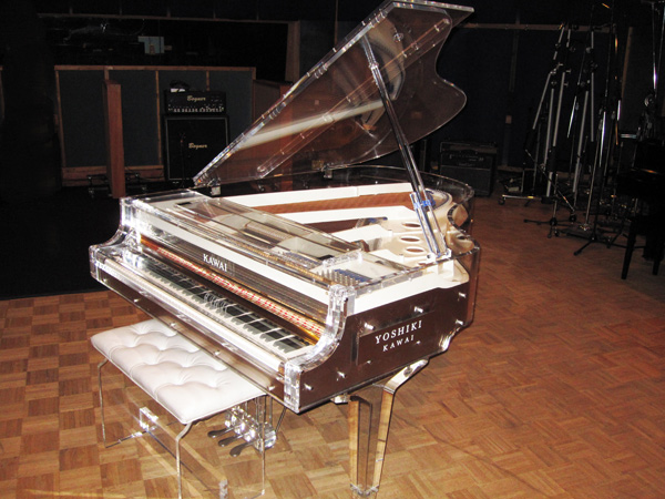 Yoshiki is auctioning off his piano on April 17, 2010! 001etw10
