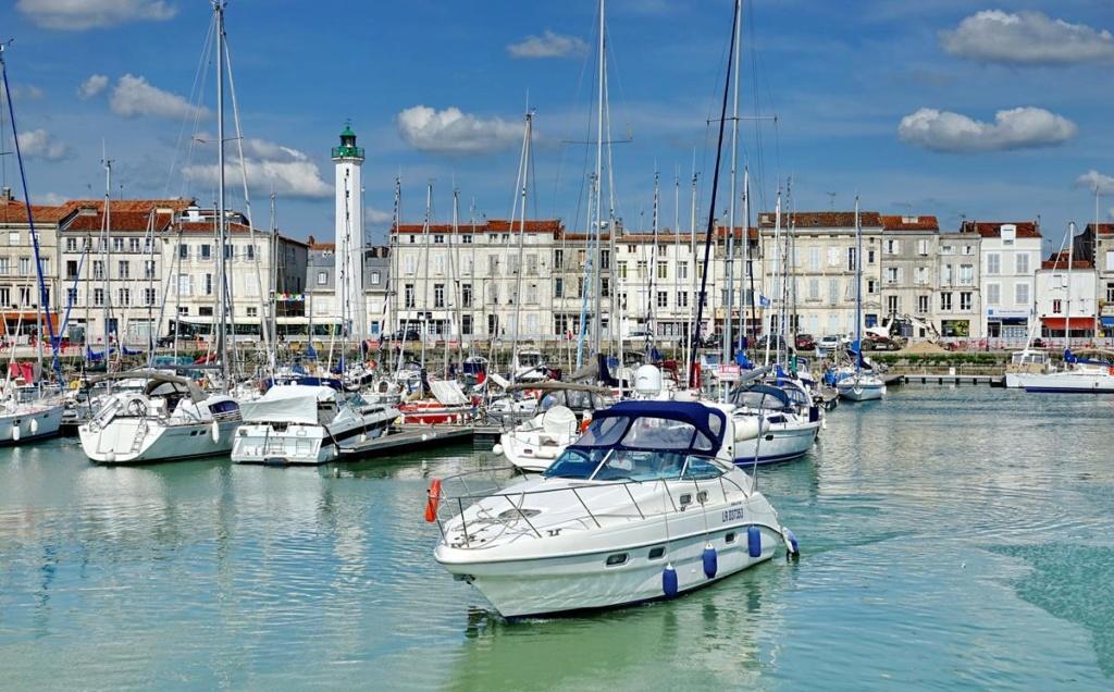 [Vie des Ports ] Port de La Rochelle  - Page 2 Ile_d347