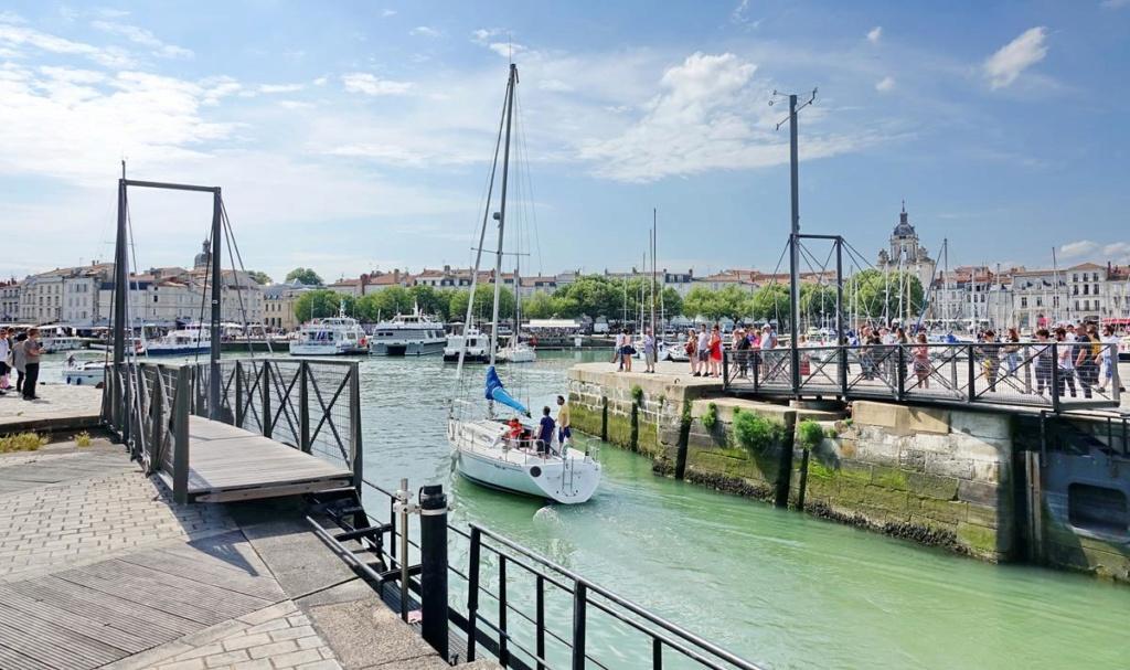 [Vie des Ports ] Port de La Rochelle  - Page 2 Ile_d354