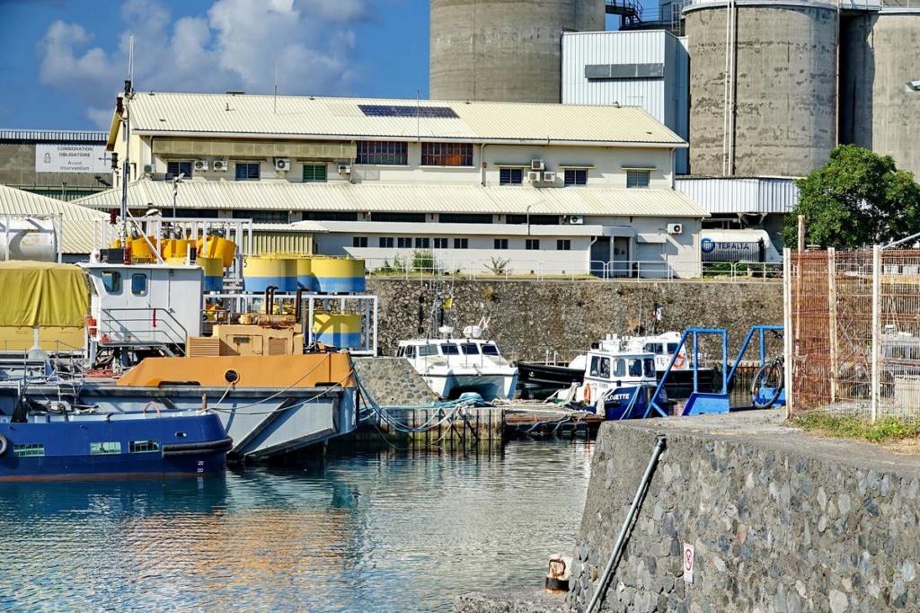 [Vie des ports] Les ports de la Réunion - Page 14 Port_157