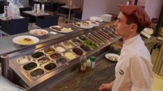 مركب تجاري ممتاز توظيف و تكوين 20 عون متخرج في المطعمة  Commis10