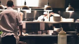شركة سلسلة مطاعم بالدارالبيضاء توظيف 30 عون متعدد الخدمات  Gffs_r10