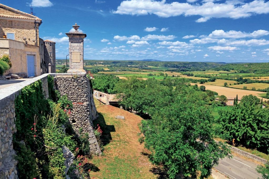 Les plus beaux villages de France  - Page 4 Lussan10