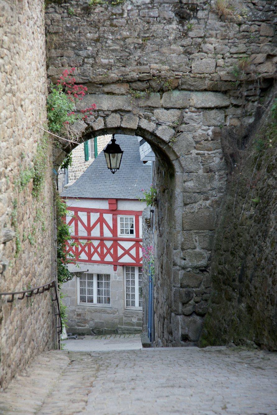 Les plus beaux villages de France  - Page 4 Moncon11