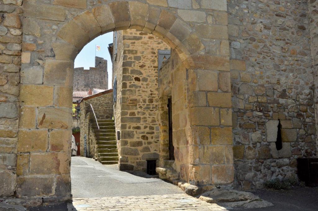 Les plus beaux villages de France  - Page 5 Montpe11