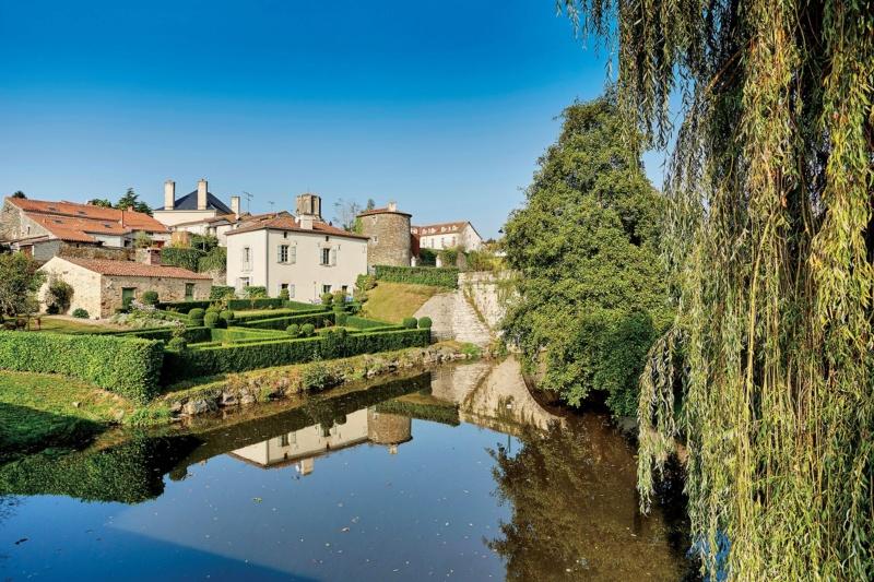Les plus beaux villages de France  - Page 7 Vouvan11