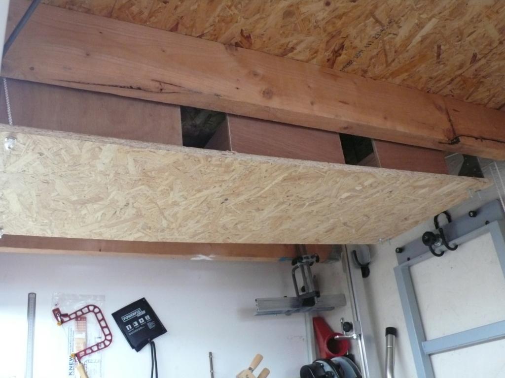 Rangement matériel au plafond L1050740