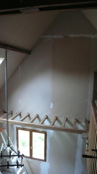 Une passerelle en prolongement d'une mezzanine pour une bibliothèque. L1050834