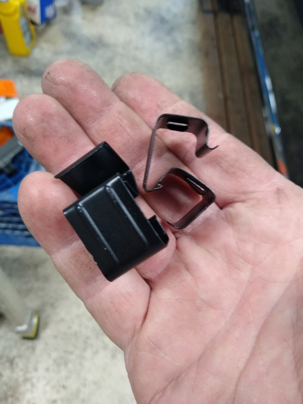 Tail light Harness clips. Trunk_13