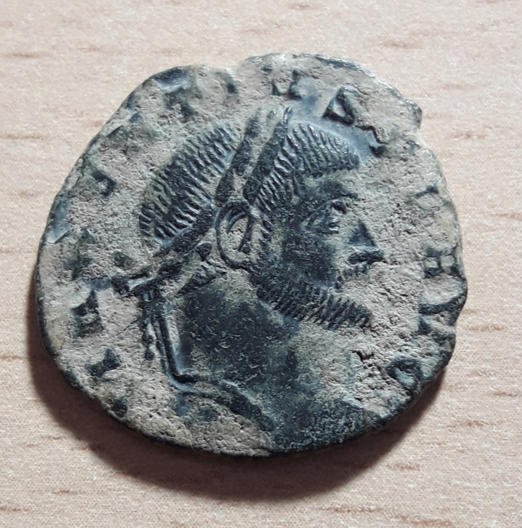 Nummus de Majencio. CONSERV VRB SVAE. Roma sedente en templo hexástilo. 20191114