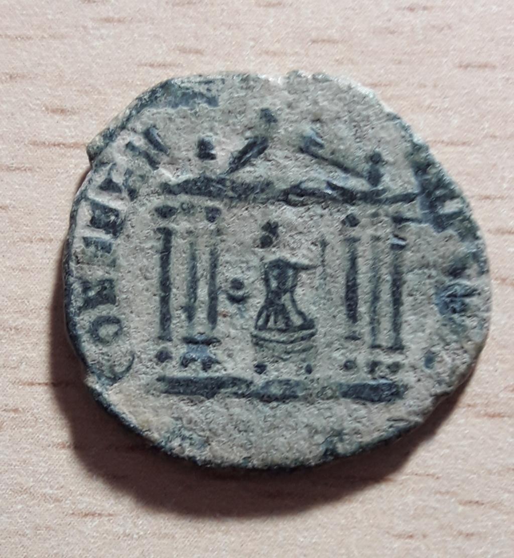 Nummus de Majencio. CONSERV VRB SVAE. Roma sedente en templo hexástilo. 20191115