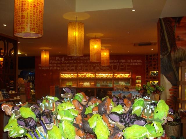 Boutiques de l'entrée principale : Comptoir de la Vienne, Spatium Bazaar, H2O, Boutique Futuroscope Imgp0927