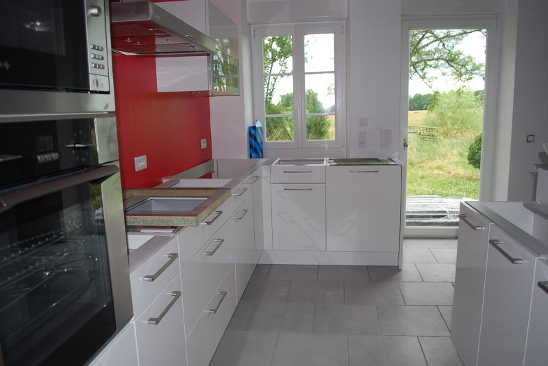 cuisine blanche et carrelage gris