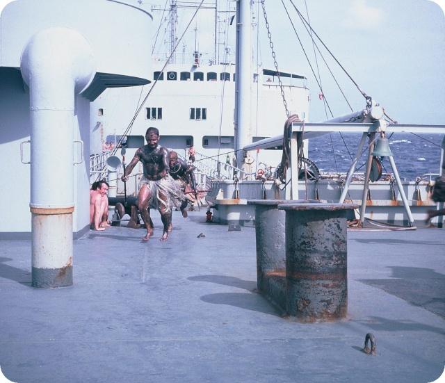 [ Les traditions dans la Marine ] LE PASSAGE DE LA LIGNE - ÉQUATEUR (Sujet unique) - Page 5 F1010011