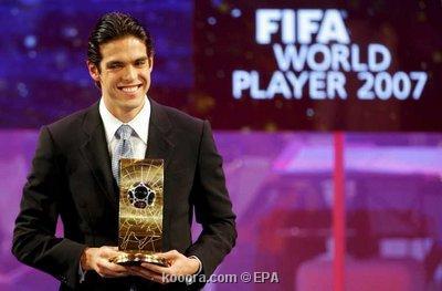 كاكا يودع جائزة أفضل لاعب في العالم في الكنيسة الإنجيلية Epa_so10