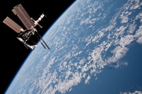 """""""Photo de famille"""" Photo d'ISS avec une navette arrimée. - Page 8 Iss02710"""