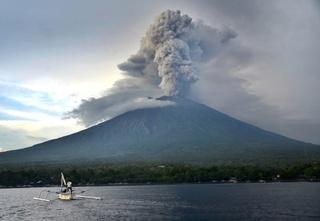 Vulkaan op Bali opnieuw uitgebarsten, as tot 2.000 meter hoogte in de lucht 110