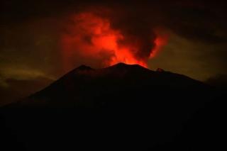 Vulkaan op Bali opnieuw uitgebarsten, as tot 2.000 meter hoogte in de lucht 210