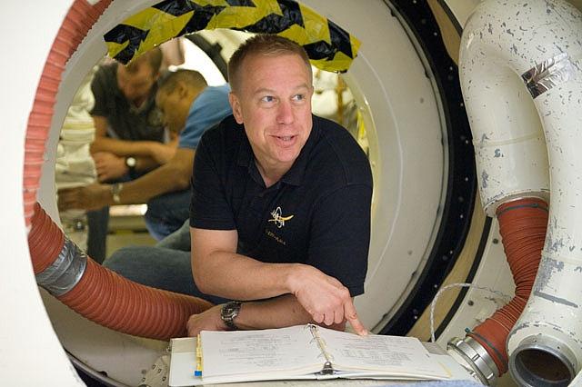 [STS-133] Discovery : Préparatifs (Lancement prévu le 24/02/2011) - Page 15 Sans_242