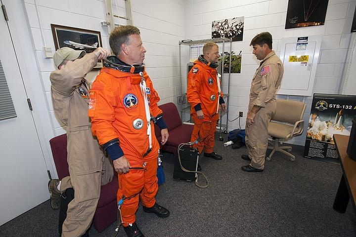 [STS-133] Discovery : Préparatifs (Lancement prévu le 24/02/2011) - Page 16 Sans_262