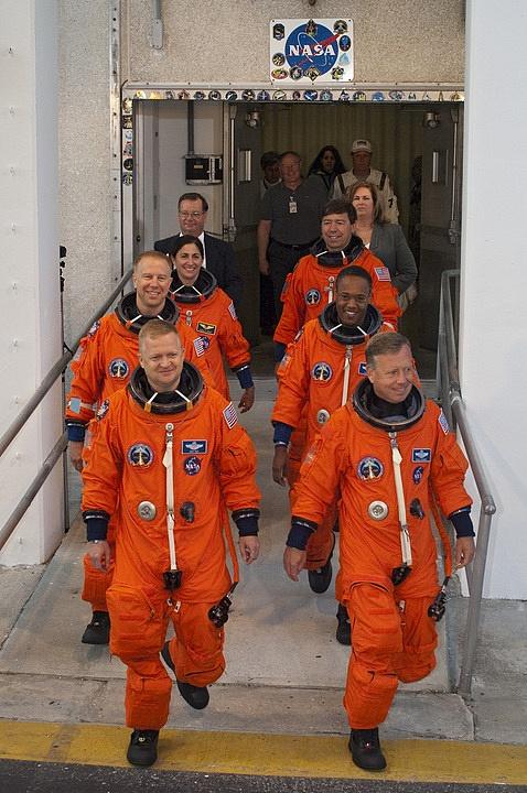 [STS-133] Discovery : Préparatifs (Lancement prévu le 24/02/2011) - Page 16 Sans_300