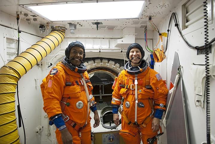 [STS-133] Discovery : Préparatifs (Lancement prévu le 24/02/2011) - Page 16 Sans_304