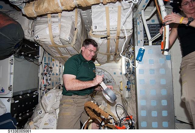 [STS-133] Discovery: Déroulement de la mission. Sans_355