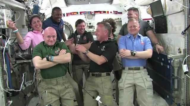 [STS-133] Discovery: Déroulement de la mission. - Page 4 Sans_367