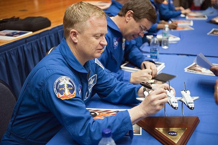 [STS-133] Discovery: Déroulement de la mission. - Page 9 Sans_390
