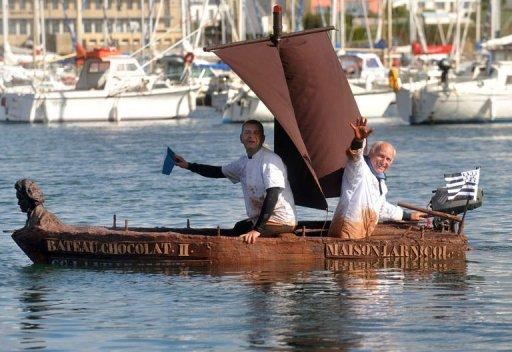 Un bateau en chocolat mis à l'eau dans le port de Concarneau Photo_10