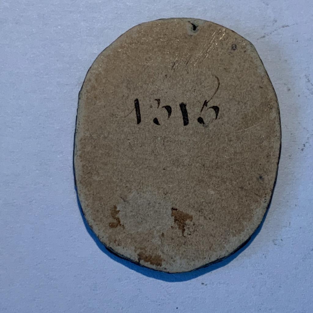 Petite médaille (blason) en étain à déterminer Img_4937