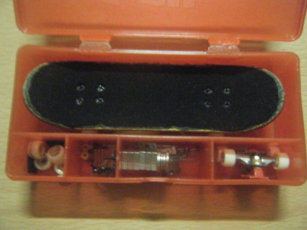 post your fingerboard case/box - Page 4 Dscf0014