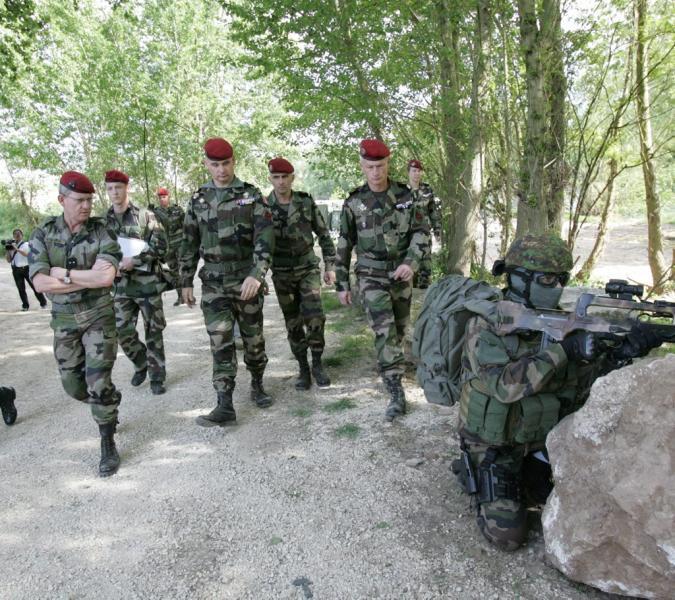 MAURIN Emmanuel - général ** Il commandait la 11e Brigade parachutiste. Il est sur le point de prendre le commandement de la Task Force Lafayette en Afghanistan  Maurin10