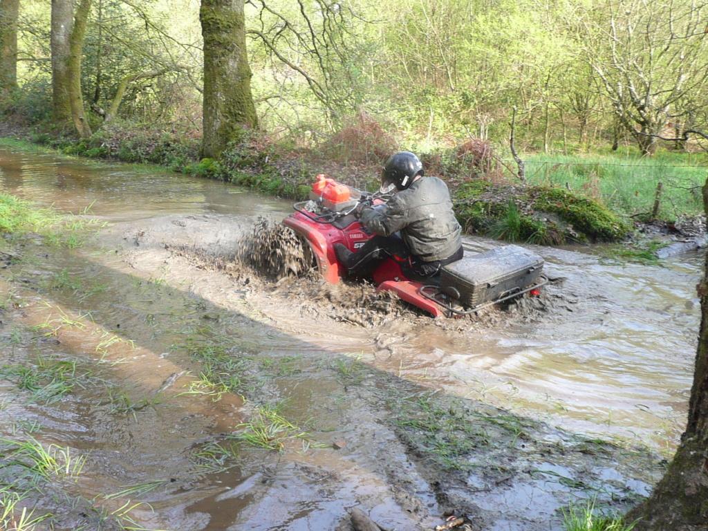 [Vidéo Quad] dans la boue P1000190
