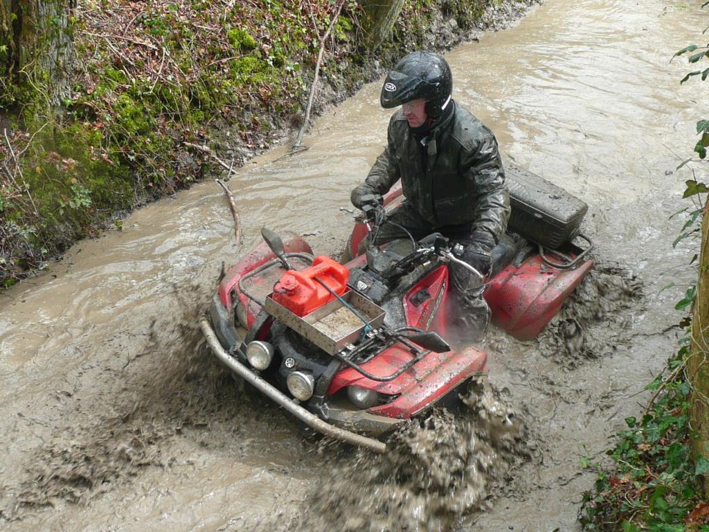[Vidéo Quad] dans la boue P1000191