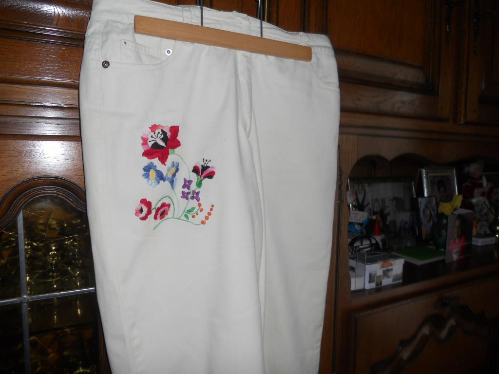 j'ai caché une tache de rouille avec une broderie sur mon pantalon  Pantal10