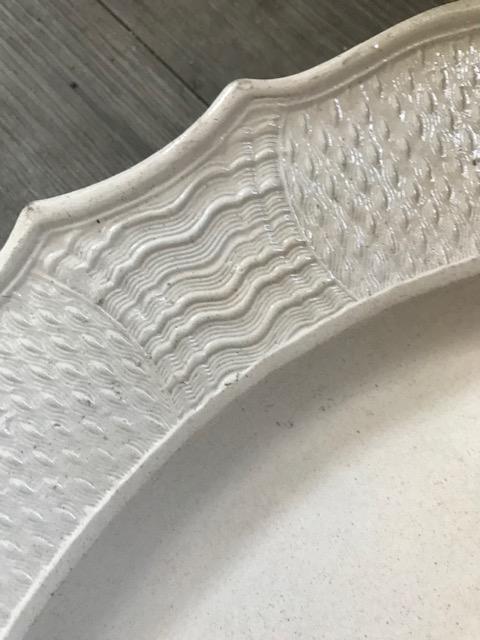 LARGE SCALLOP-EDGED - '18th century Staffordshire white salt glazed platter Img_3211