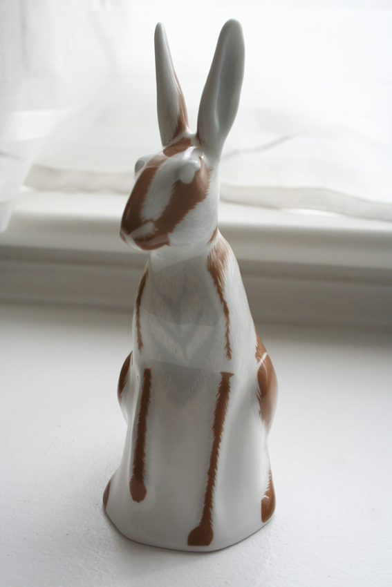 CONTEMPORARY PORCELAIN HARE FIGURE Img_5910