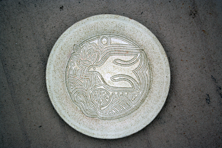 WHITE GLAZED STONEWARE CHARGER WITH DOVE DESIGN - SCANDINAVIAN? Img_7712