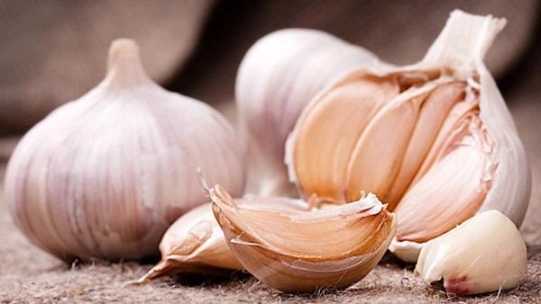 TOPP 10 MATVARER SOM NÆRER HUDEN DIN Garlic10